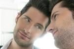 Selbstverliebter Mann schaut in den Spiegel