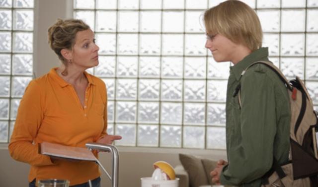 Mutter und Sohn stehen in der Küche und sprechen über das Zeugnis
