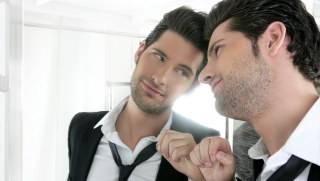 Narzisst schaut verliebt in den Spiegel