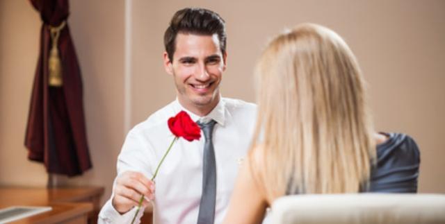 Mann kommt mit einer Rose