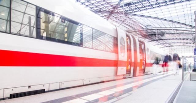 Stehender Zug am Bahngleis
