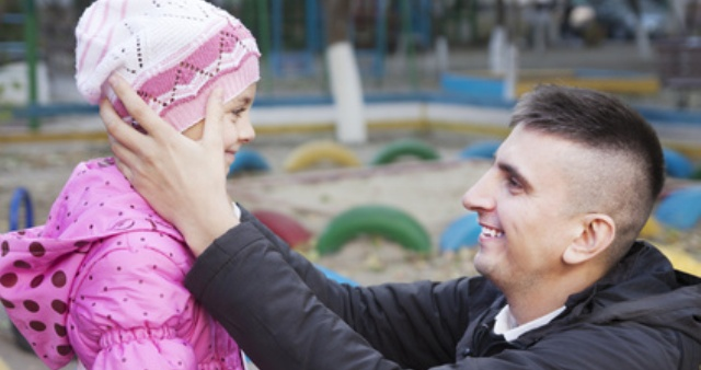 Ein Vater holt seine Tochter ab