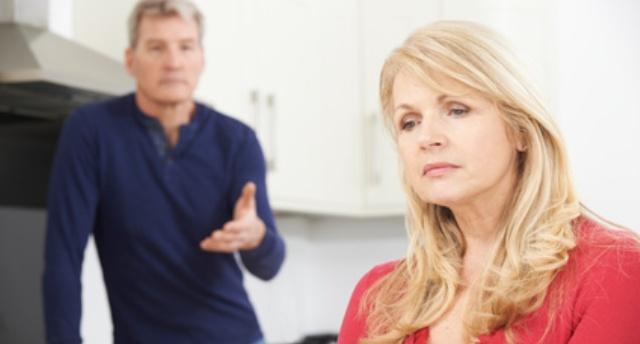 Narzisst diskutiert mit seiner Frau