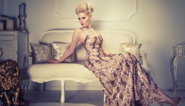 Der weibliche Narzisst: Eine Narzisstin sitzt auf dem Sofa