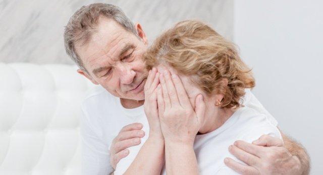 Ein Mann tröstet seine Frau