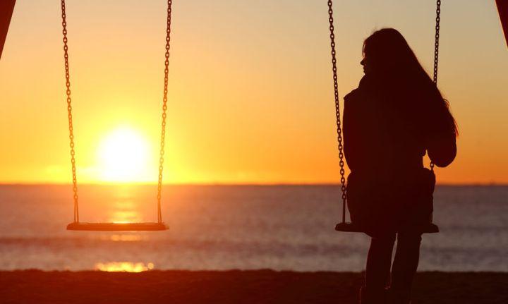 Kommt ein Narzisst zurück, wenn er sich getrennt hat?: Frau allein auf der Schaukel