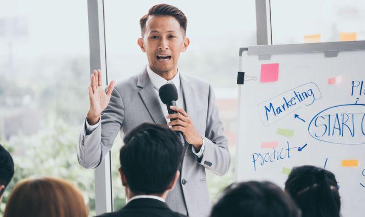 Ein narzisstischer Chef spricht vor seinen Mitarbeitern