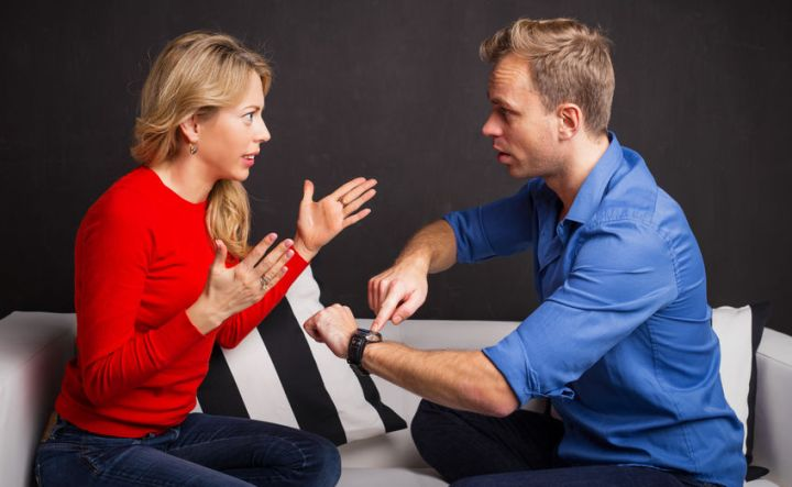 Gegen einen Narzissten durchsetzen: Frau streitet mit einem Mann