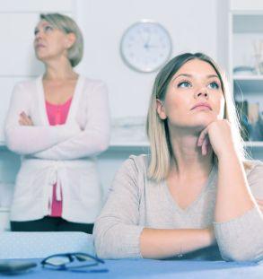Narzisstische Tochter mit ihrer Mutter